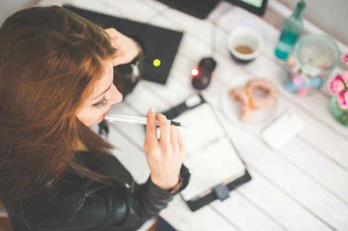 Mujer pensando emprendimiento en estética