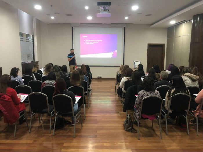 Emanuel Olivier Peralta dictando el Workshop Cómo Generar Más Clientes para tu Estética en el Taller de Operadora Láser de Mendoza