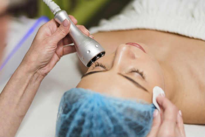 Mujer recibiendo tratamiento de Radiofrecuencia Facial